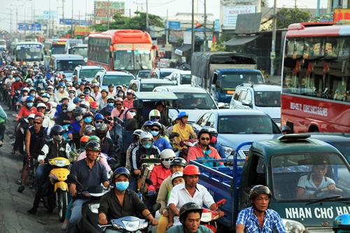 Người dân ùn ùn trở lại Sài Gòn sau lễ 3