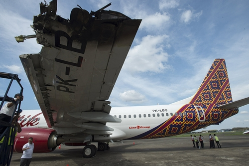 An investigator examines the wing of a Batik Air Boeing 737-800, which was damaged in a collision yesterday with another plane while on the runway at Halim Airport in Jakarta, Indonesia April 5, 2016 in this photo taken by Antara Foto. REUTERS/Widodo S Jusuf/Antara Foto ATTENTION EDITORS - THIS IMAGE HAS BEEN SUPPLIED BY A THIRD PARTY. IT IS DISTRIBUTED, EXACTLY AS RECEIVED BY REUTERS, AS A SERVICE TO CLIENTS. FOR EDITORIAL USE ONLY. NOT FOR SALE FOR MARKETING OR ADVERTISING CAMPAIGNS MANDATORY CREDIT. INDONESIA OUT. NO COMMERCIAL OR EDITORIAL SALES IN INDONESIA.