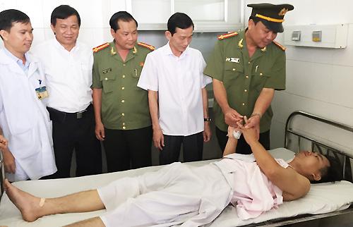 Giám đốc công an và Chủ Tịch UBND TP Cần Thơ (thứ nhất và hai từ phải sang) đến bệnh viện thăm và động viên thượng úy Dũng. Ảnh: Cửu Long