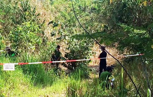 Cảnh sát khám nghiệm hiện trường phát hiện thi thể người <a taget='_blank' data-cke-saved-href='http://phunuvagiadinh.vn/tag/dan-ong' href='http://phunuvagiadinh.vn/tag/dan-ong'><i>đàn ông</i></a>. Ảnh: Tư Huynh