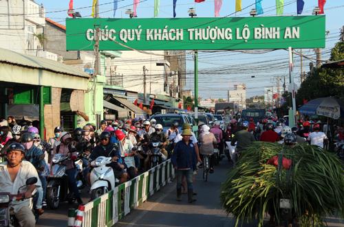 Người dân ùn ùn trở lại Sài Gòn sau lễ 1