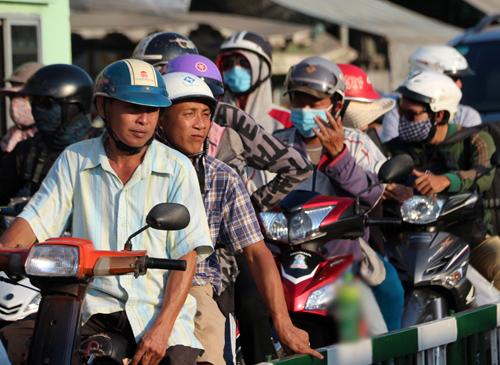 Người dân ùn ùn trở lại Sài Gòn sau lễ 2