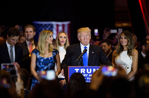 Donald Trump trỗi dậy khiến đối thủ chào thua 1