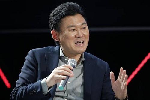 CEO - tỷ phú Hiroshi Mikitani từng học Trường Kinh doanh Havard, có thể sử dụng tiếng Anh thành thạo và là người đưa ra quyết định English-ization đầy táo bạo.
