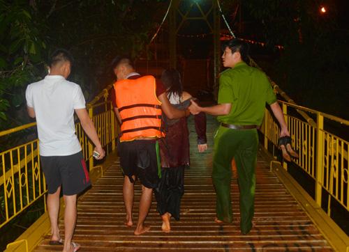 Người phụ nữ được cứu lên bờ. Ảnh: Nhật Hạ