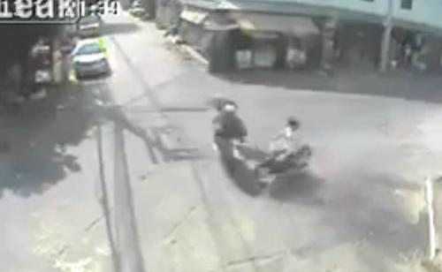 Sự sống mong manh của người đi xe máy 1