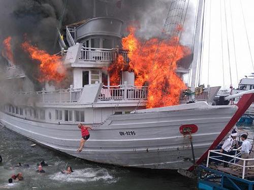 Tàu du lịch cháy lớn, nhiều người nhảy xuống biển Hạ Long