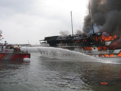 Bốn người bị thương trong vụ cháy tàu trên vịnh Hạ Long 1