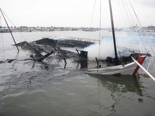 Bốn người bị thương trong vụ cháy tàu trên vịnh Hạ Long 2
