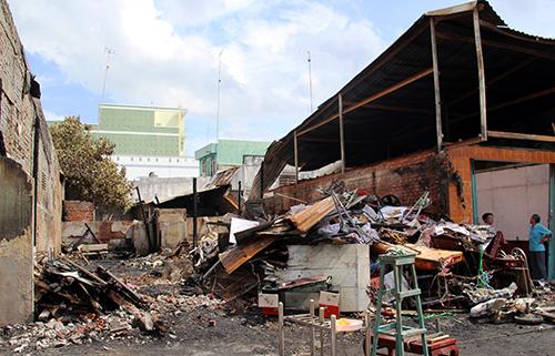 Đám cháy thiêu rụi 4 căn nhà ở Cà Mau. Ảnh: Phúc Hưng