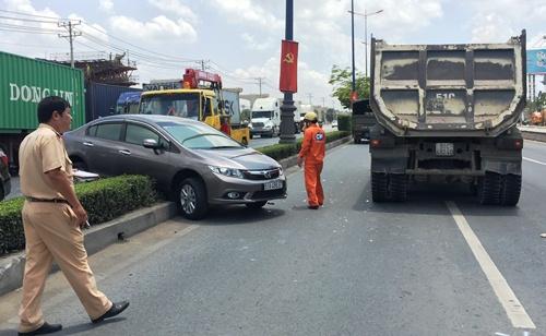 Đôi nam nữ kêu cứu trong ôtô bị húc văng 10 m 2