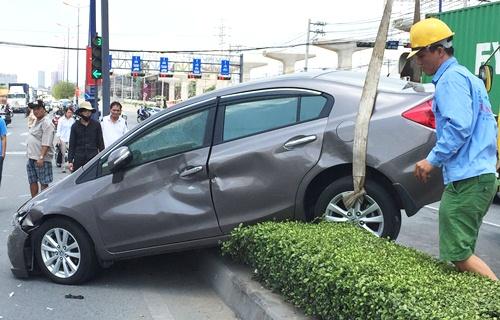 Đôi nam nữ kêu cứu trong ôtô bị húc văng 10 m 1