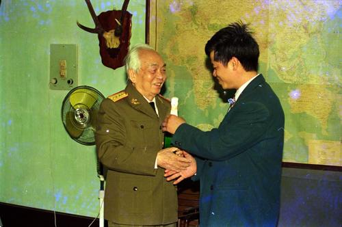 Việt kiều Đức Đặng Thế Sáng vinh dự được đến thăm nhà Đại tướng Võ Nguyên Giáp năm 1994. Ảnh: NVCC