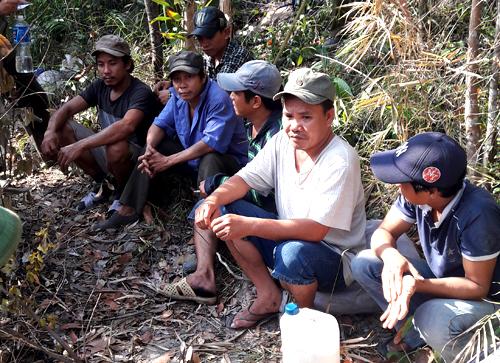 Nhóm người đột nhập vào rừng trái phép bị ngăn chặn. Ảnh: Tư Huynh