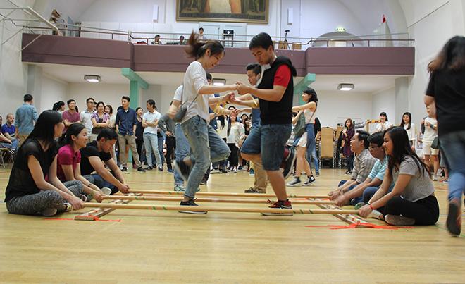 Tiếng nhạc của điệu múa sạp từ vùng núi Tây Bắc Việt Nam vang lên cùng những bước chân uyển chuyển của các bạn trẻ.