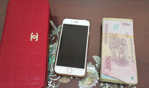 nam-sinh-xo-nga-thai-phu-cuop-iphone6