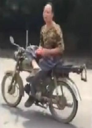 Vắt chân chữ ngũ trên xe máy 1