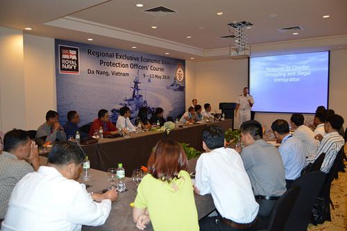 Thiếu tá Ted Bath đào tạo cho các sĩ quan 5 nước Đông Nam Á vềbảo vệ Vùng Đặc quyền Kinh tế (EEZ).