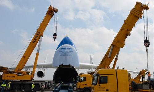 Mriya có thể mở phần đầu máy bay ra để chuyển hàng vào trong, rất khác biệt so với các máy bay vận tải thông thường. Ảnh: CNN