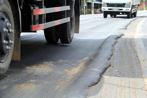 Nhiều bánh xe bị hỏng chân thường bị nổ lốp khi qua đoạn đường lún. Ảnh: Phước Tuấn