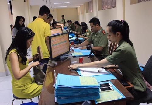 """Người Sài Gòn hết """"rồng rắn"""" làm hộ chiếu vì đăng ký qua mạng 1"""