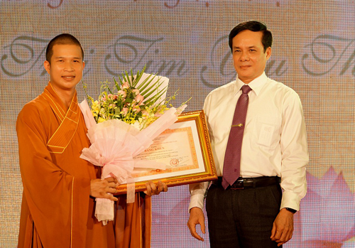 Phó Chủ tịch Lê Bá Trình thừa ủy quyền của Thủ tướng Chính phủ trao bằng khen cho Đại đức Thích Phước Ngọc