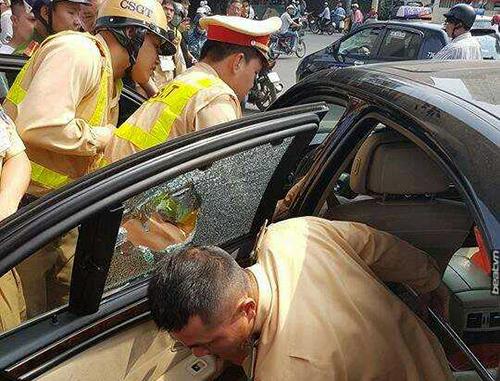 Cảnh sát phá kính cứu tài xế bất tỉnh trong xe BMW 1
