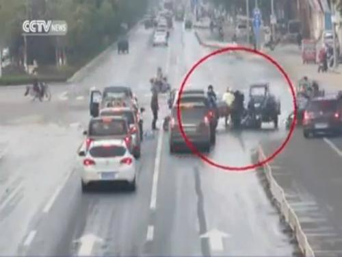 """Tấn công xe hơi để ăn vạ kiểu """"Chí Phèo"""" 2"""