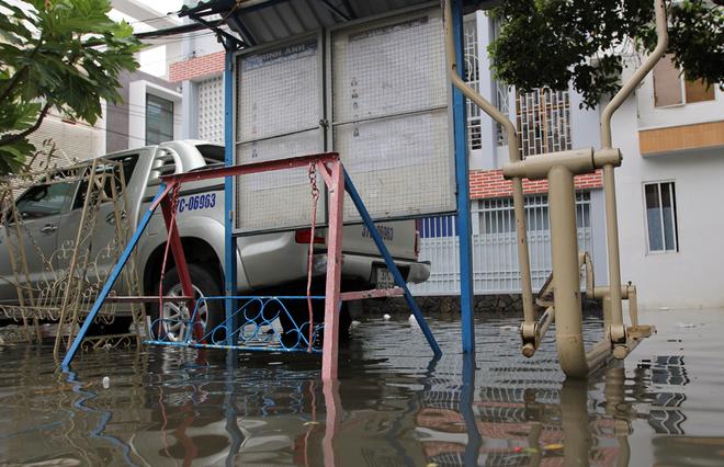 Khu dân cư ở Sài Gòn chìm trong nước sau mưa lớn - ảnh 11