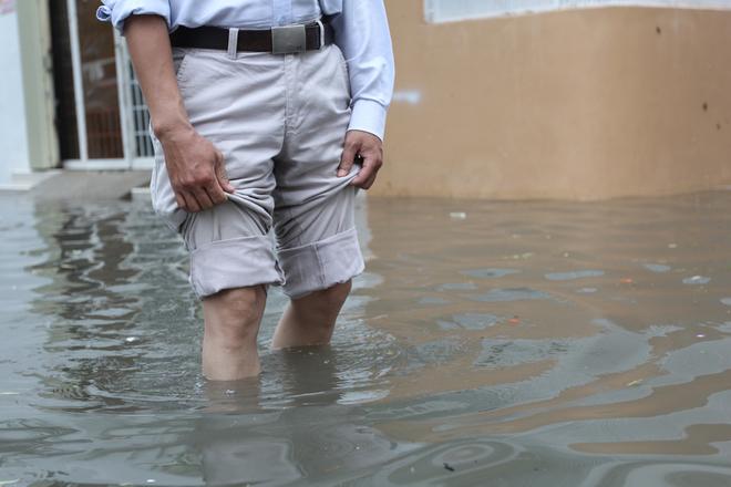 Khu dân cư ở Sài Gòn chìm trong nước sau mưa lớn - ảnh 2