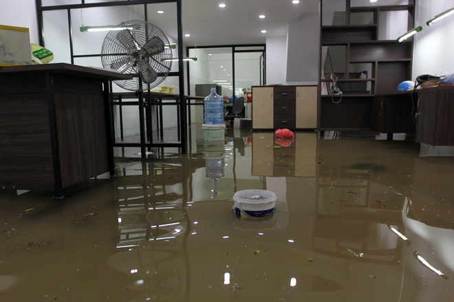 Khu dân cư ở Sài Gòn chìm trong nước sau mưa lớn - ảnh 3