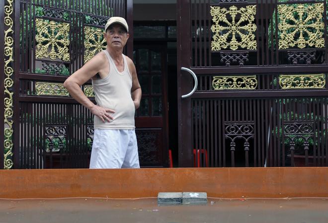 Khu dân cư ở Sài Gòn chìm trong nước sau mưa lớn - ảnh 4