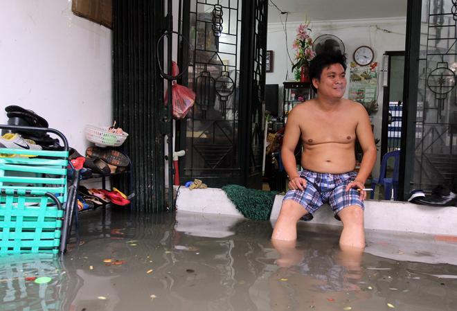 Khu dân cư ở Sài Gòn chìm trong nước sau mưa lớn - ảnh 5
