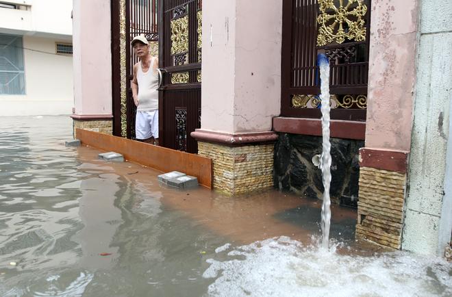 Khu dân cư ở Sài Gòn chìm trong nước sau mưa lớn - ảnh 6