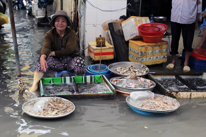 Khu dân cư ở Sài Gòn chìm trong nước sau mưa lớn - ảnh 7
