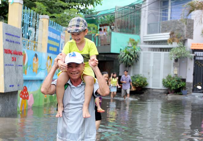 Khu dân cư ở Sài Gòn chìm trong nước sau mưa lớn - ảnh 9