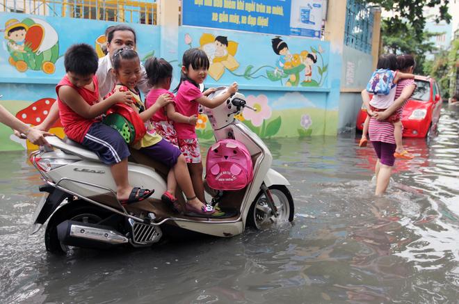 Khu dân cư ở Sài Gòn chìm trong nước sau mưa lớn - ảnh 8