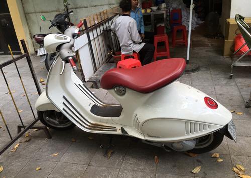 Xe ga đắt nhất Việt Nam Vespa 946 'bỏ không' ở vỉa hè
