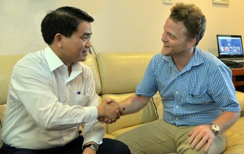 Chủ tịch Hà Nội thăm chàng Tây dọn 'mương thối'
