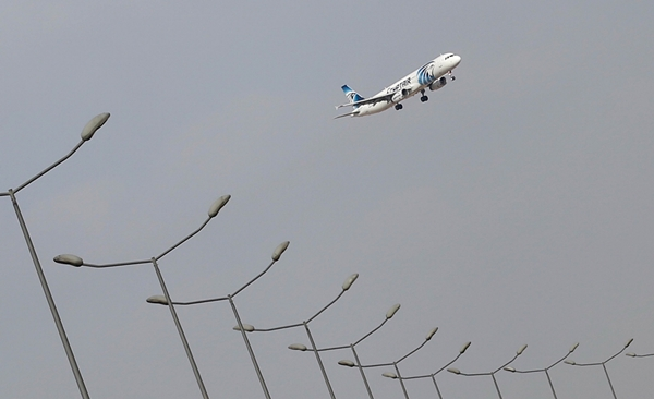 Một phi cơ EgyptAir chuẩn bị An EgyptAir plane lands at Cairo Airport in Egypt May 19, 2016. REUTERS/Amr Abdallah Dalsh