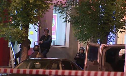 Cảnh sát đặc nhiệm Nga nổ súng tiêu diệt cướp ngân hàng đe dọa kích nổ bom tự chế. Ảnh: RT
