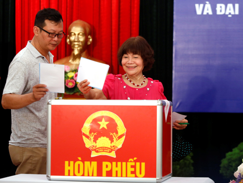 Voters cast their ballots for members of the 14th National Assembly and People's Councils at a polling station in Hanoi,VietnamMay 22, 2016. REUTERS/Kham
