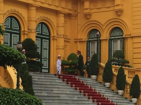 Thượng tướng Nguyễn Chí Vịnh, Thứ trưởng Bộ Quốc phòng, tiến vào Phủ Chủ tịch. Ảnh: Việt Anh.