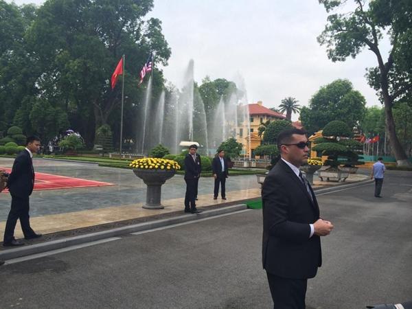 Mật vụ Mỹ tại Phủ Chủ tịch. Ảnh: Việt Anh.