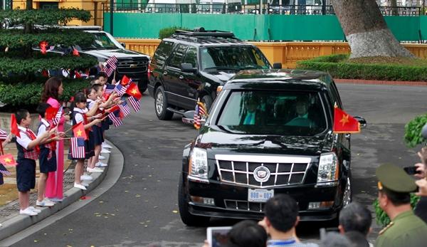 Các em nhỏ vẫy chào đoàn xe chở Tổng thống Mỹ Barack Obama. Ảnh: Reuters.
