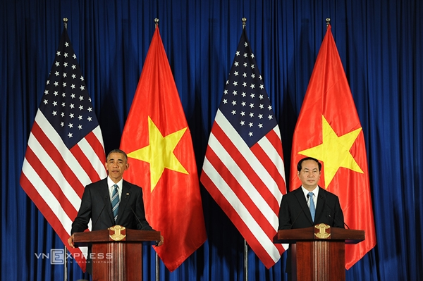 Chủ tịch nước Trần Đại Quang (phải) và Tổng thống Mỹ Barack Obama trong buổi họp báo chung hôm nay tại Trung tâm Hội nghị Quốc tế, Hà Nội. Ảnh: Giang Huy.