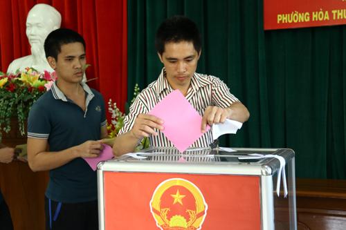Nhiều lá phiếu gạch gần hết ứng viên, chỉ bầu một người 2