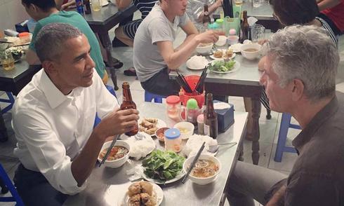 Ông Obama ăn 2 suất bún chả Hà Nội
