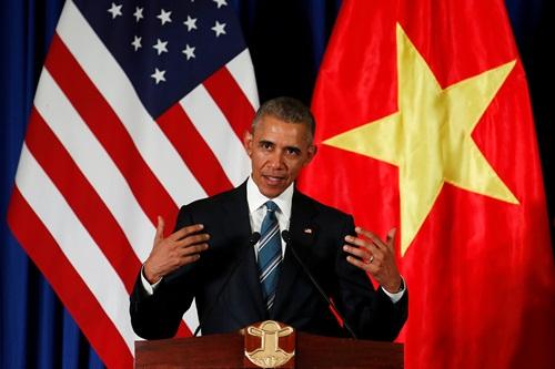 Tổng thống Mỹ Barack Obama trong cuộc họp báo chung cùng Chủ tịch nước Trần Đại Quang tại Hà Nội. Ảnh: Reuters