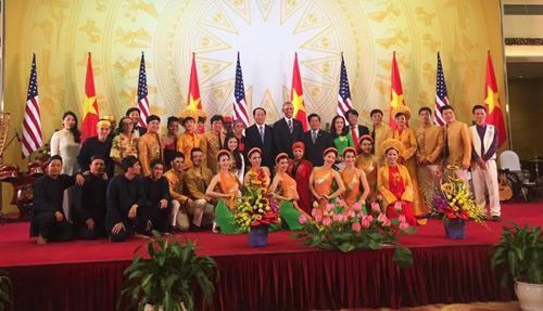 Tổng thống Mỹ thích thú nghe đàn bầu trong tiệc chiêu đãi 2